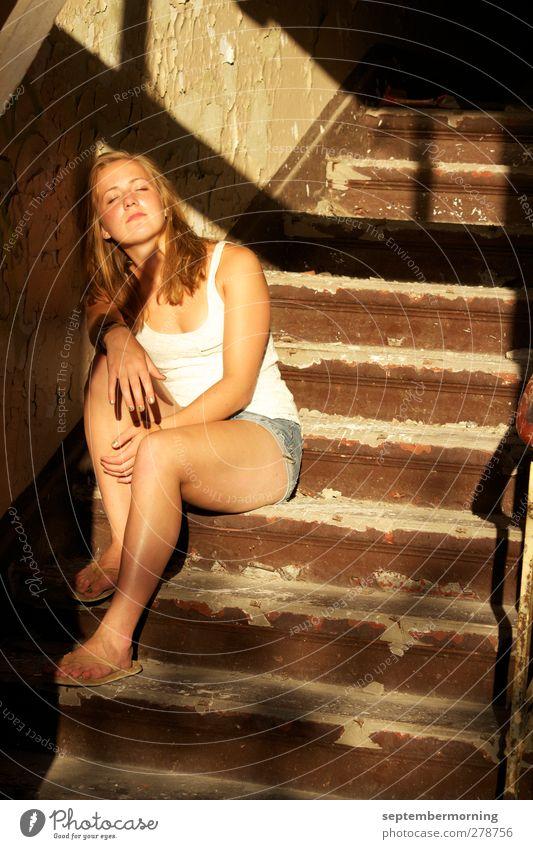Friedlich Mensch Jugendliche Erholung feminin Treppe sitzen 13-18 Jahre Warmherzigkeit Gefühle