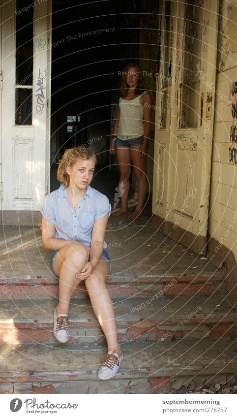 im alten Haus Mensch Jugendliche alt Erwachsene feminin Gefühle 18-30 Jahre Tür sitzen Treppe stehen beobachten Vergänglichkeit geheimnisvoll Vergangenheit