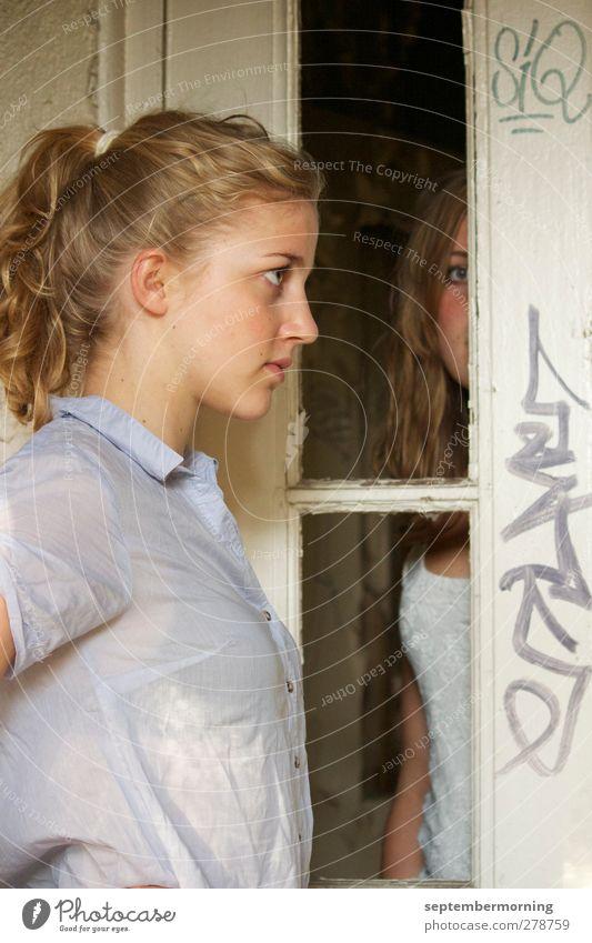 im alten Haus II Mensch Kind Jugendliche ruhig feminin Tür stehen 13-18 Jahre beobachten Konzentration Partnerschaft