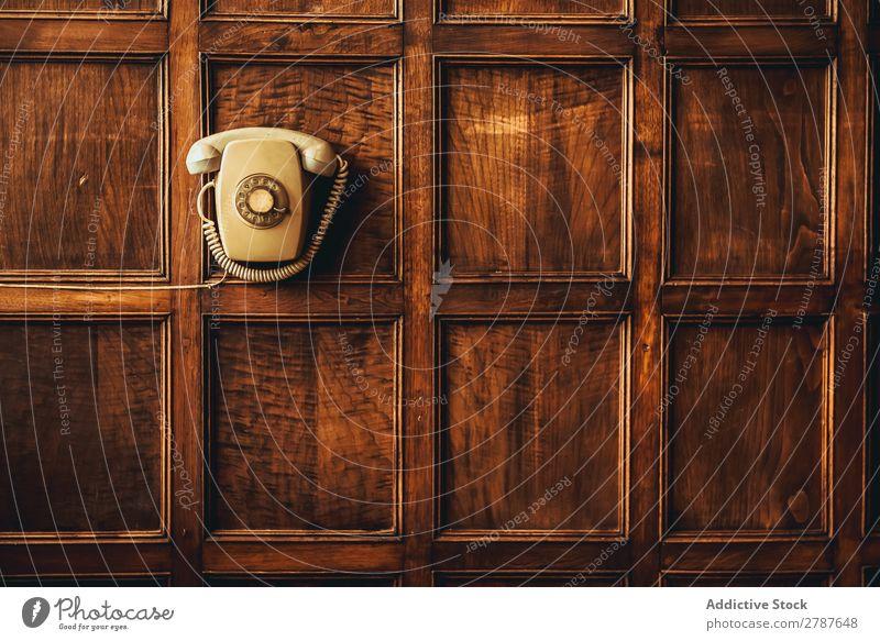Retro-Telefon an der Wand hängend retro erhängen Zusammensetzung Holz verziert altehrwürdig Telefonhörer Zifferblatt Nostalgie klassisch Kreisverkehr