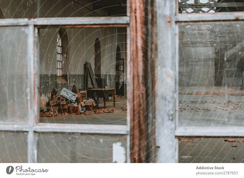 Alte kaputte Konstruktion mit kaputten Fenstern und Möbeln alt Gebäude Menschenleer Ruine Aussicht Blatt gruselig Müll Lagerhalle Wand Beton Fabrik ausleeren