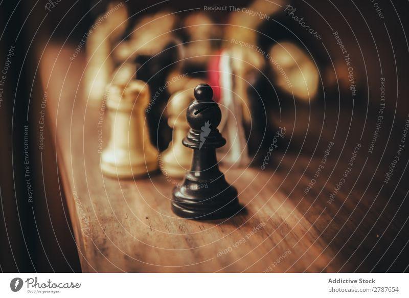 Schachfiguren-Set im Regal Figur Buch Spielen Kulisse Bücherregal Strategie Bildung Sammlung Schreibtisch Holz Verstand Erfolg Entwurf Design Literatur Wissen