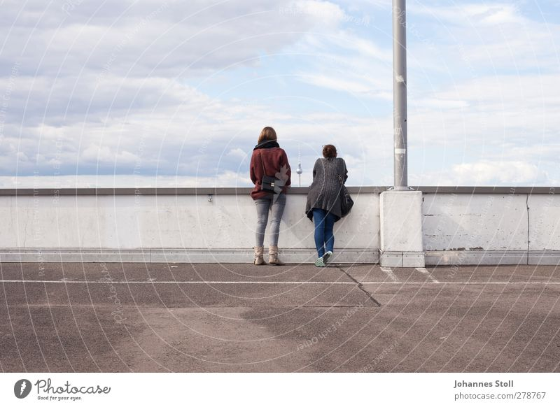 Alex gucken Mensch Himmel Jugendliche Junge Frau Wand feminin Mauer Freundschaft Freizeit & Hobby 13-18 Jahre Dach Wahrzeichen Sehenswürdigkeit Sightseeing Berlin Alexanderplatz