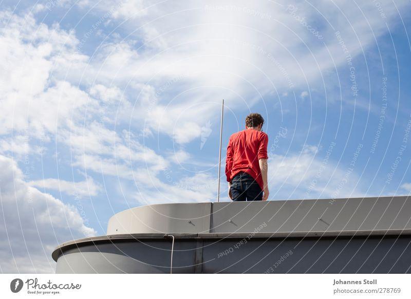 Karlsson vom Dach Mensch Jugendliche blau Stadt rot Freude Erwachsene Leben oben Architektur Freiheit Junger Mann 18-30 Jahre frei gefährlich Abenteuer