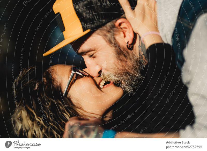 Ein glückliches Paar, das sich am Baum im Park umarmt und küsst. Umarmen Glück umarmend Rücken Holz Wald Jugendliche heiter bärtig Mann Frau Freude Schickimicki