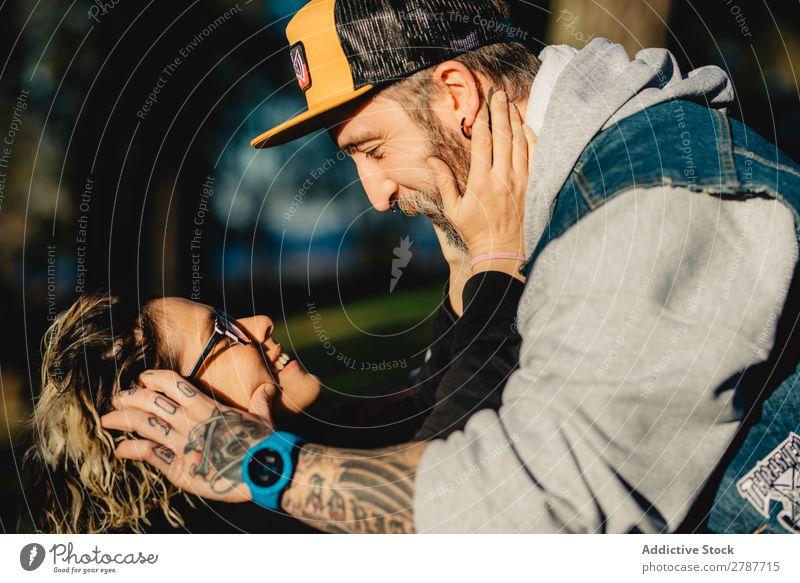 Glückliches junges Paar, das sich im Wald umarmt. Umarmen Kopf Park Jugendliche Brille heiter bärtig Mann Frau umarmend Schickimicki laufen romantisch Lächeln