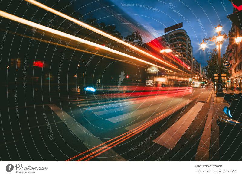 Blick auf abstrakte Glanzstücke auf der Straße in der Stadt bei Nacht Großstadt Aussicht Licht Linie hell Wege & Pfade Abend dunkel glänzend Unschärfe glühen
