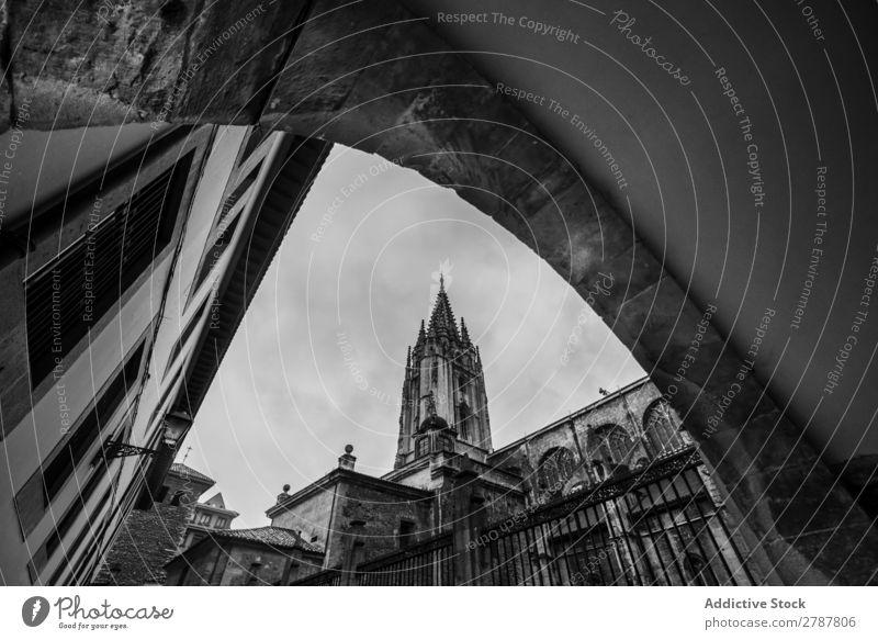 Hoher alter Turm über Gebäuden Konstruktion Stein Höhe Fassade schön Tourismus Architektur Felsen Wand Grunge Kathedrale Kloster Kirche Kultur Wolken Beton