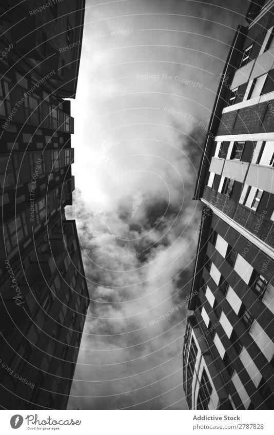 Fassaden hoher Gebäude und bewölkter Himmel Wolken Stadthaus Fenster Himmel (Jenseits) Konstruktion schön Tourismus romantisch Architektur Straße Sonne Haus