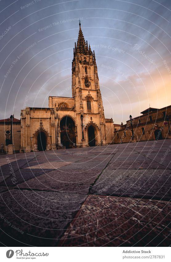 Alte Kathedrale in der Nähe von Hügeln und blauem Himmel Kloster Pflanze Gerichtsgebäude Wolken Himmel (Jenseits) antik alt Religion & Glaube Gebäude Stein Höhe