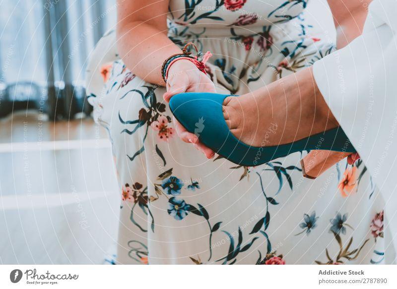 Frau trägt Schuh am Damenfuß Schuhe Fuß anhaben Kleid Hilfsbereitschaft Beine Mode Stil elegant Höhe Ferse schön trendy Glamour Leder Accessoire Reichtum