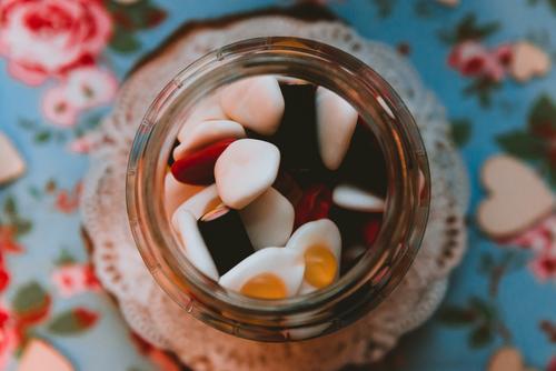 Süße Bonbons in Dosen auf dem Tisch Süßwaren Götterspeise süß Glas mehrfarbig Tischwäsche lecker geschmackvoll viele Zucker Konfekt Dessert Snack mischen