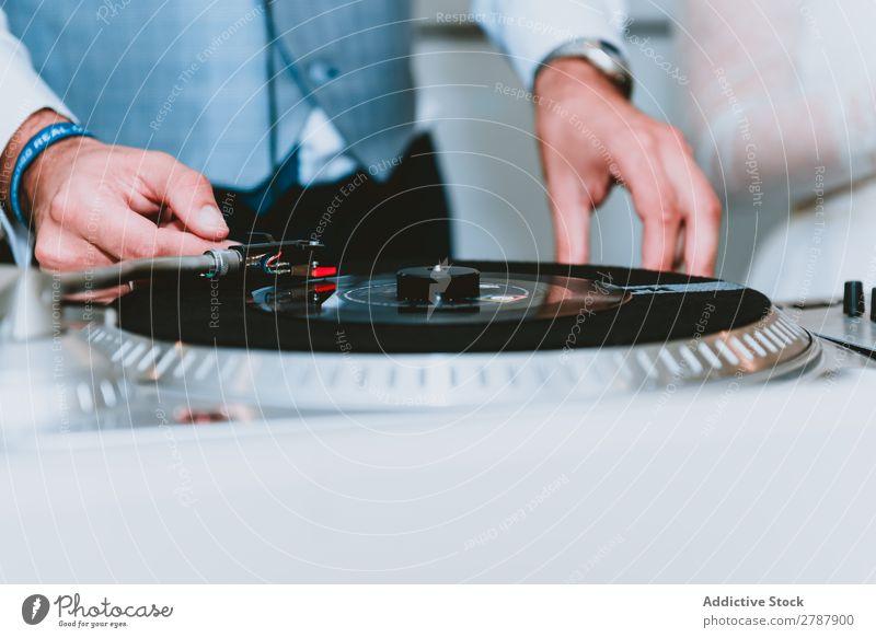 Zuschneiden Mann anklicken spielt Datensätze ab Musik Klick spielt Schallplatten Equalizer benutzend Audio Klang Diskjockey Gerät Hemd Hand professionell