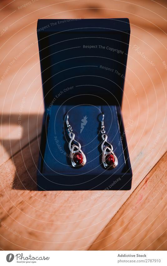 Teure Ohrringe in Box auf Holzplatte Kasten teuer Valentinsgruß Geschenk schön Juwel Schmuck Reichtum elegant Kostbarkeit Feste & Feiern Accessoire glänzend