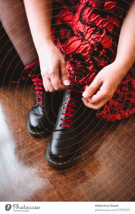 Frau in Kleid Schnürstiefeln Stiefel Schnürung Raum Vorhänge Etage Holz rot Dame Mode Model Stil schwarz Leder Glamour lässig altehrwürdig elegant Schuhe sitzen