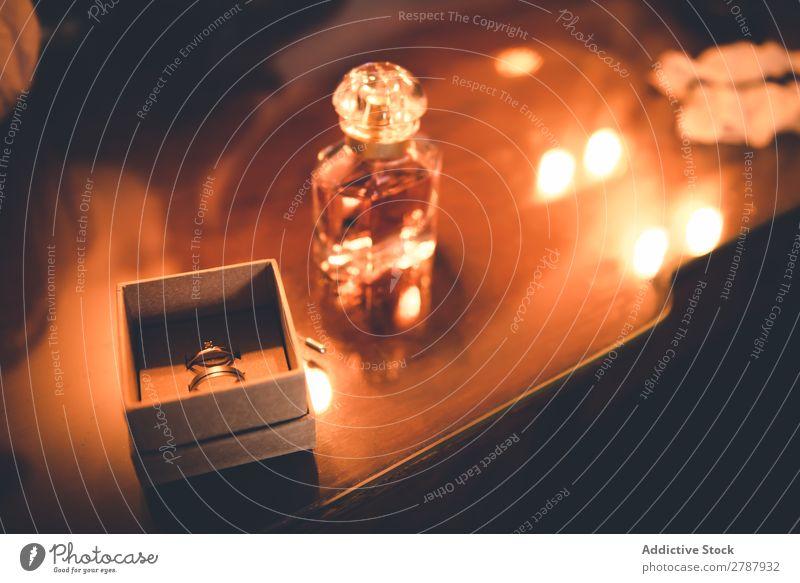 Parfümnahe Box mit Ring auf dem Tisch Parfum Kasten Valentinsgruß Gold Wittern Flasche Geschenk Liebe Schmuck Reichtum elegant Holz Überraschung Engagement