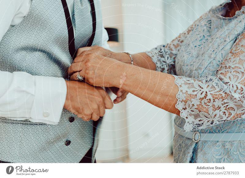 Frau knöpft Mann Weste zu Männerweste zuknöpfend Hilfsbereitschaft Hemd weiß formell trendy elegant Herr Stil Mode klassisch Anzug Bekleidung Krawatte Hochzeit