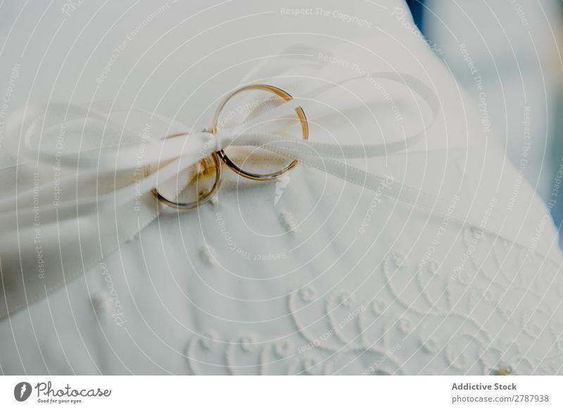 Goldene Eheringe auf weißem Textil Ring Hochzeit gold Material Schnur Liebe Symbole & Metaphern Engagement Feste & Feiern Zusammensein Tradition hochzeitlich
