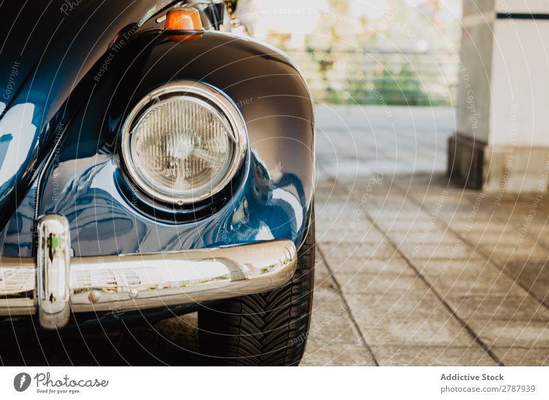 Retrowagen auf der Straße PKW retro Scheinwerfer altehrwürdig Säule blau schön klassisch Reichtum Stil Laufwerk Fahrzeug Antiquität Verkehr Motor Lampe Licht