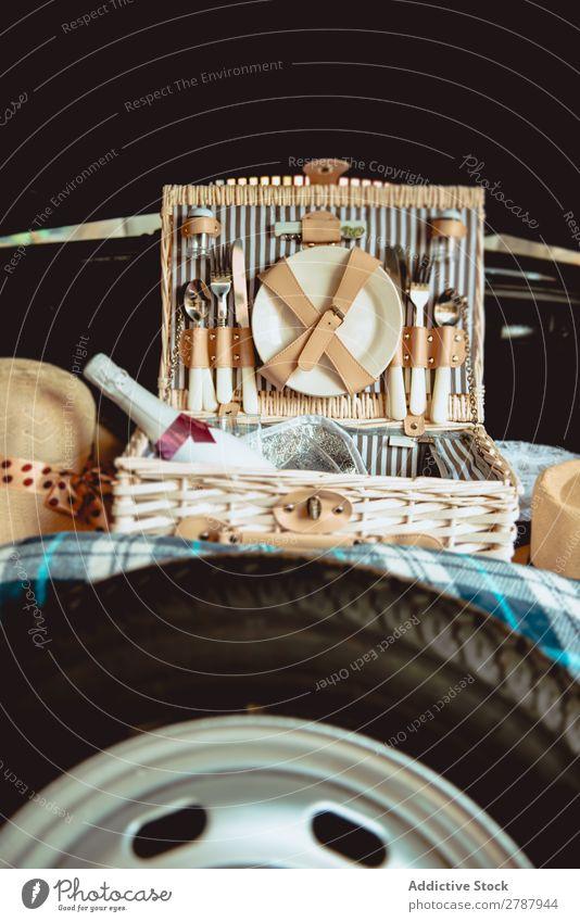 Koffer mit Getränk und Besteck im Kofferraum fallen trinken PKW Rüssel Hochzeit Geschenk Tasche Flasche Champagner teuer Rad Stiefel Gerät Küchengeräte