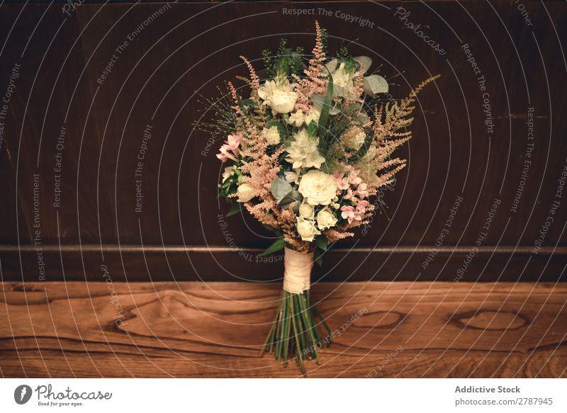 Blumenstrauß aus frischen Blumen auf dem Boden nahe der Wand Etage Valentinsgruß Haufen aromatisch schön Pflanze Holz geblümt natürlich Blüte