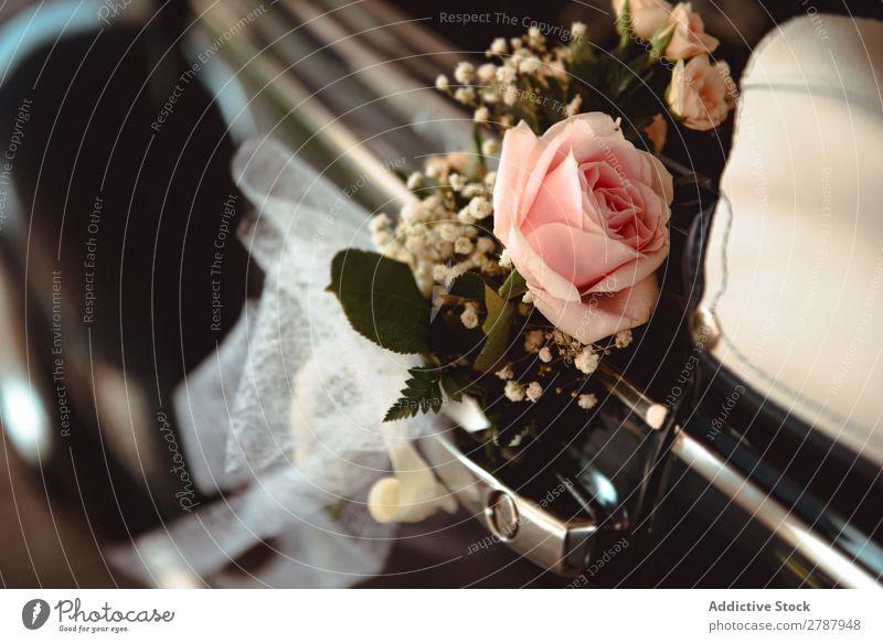Rosa Blume am Griff des Retroautos PKW Hochzeit handhaben Rose schön frisch erhängen retro altehrwürdig Blumenstrauß Braut Feste & Feiern