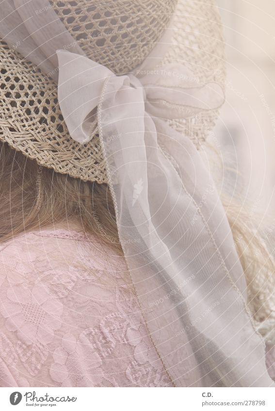 Sommerhut elegant feminin Hut blond ästhetisch rosa weiß Hutschleife Schleife Strohhut Muster Farbfoto Außenaufnahme Tag