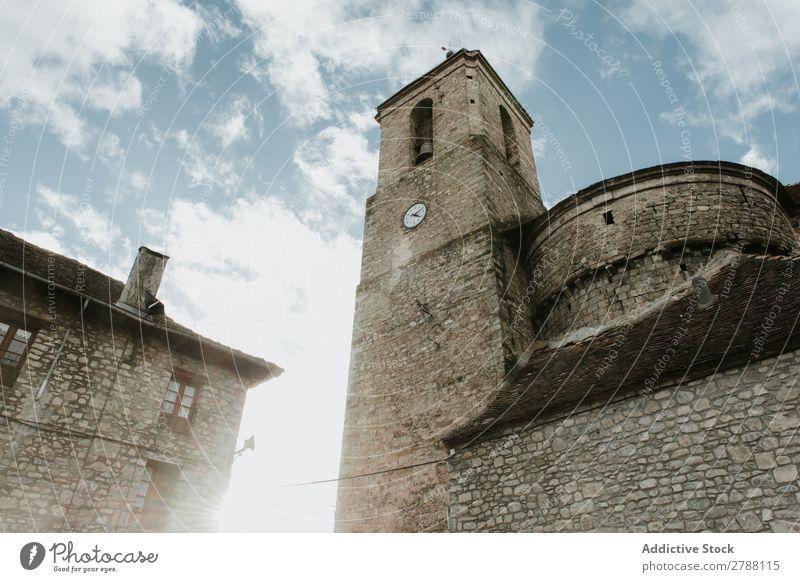 Turm neben einem Backsteingebäude und bewölktem Himmel Gebäude Pyrenäen Wolken Konstruktion Himmel (Jenseits) blau Höhe Fassade Wetter schön Architektur Dach