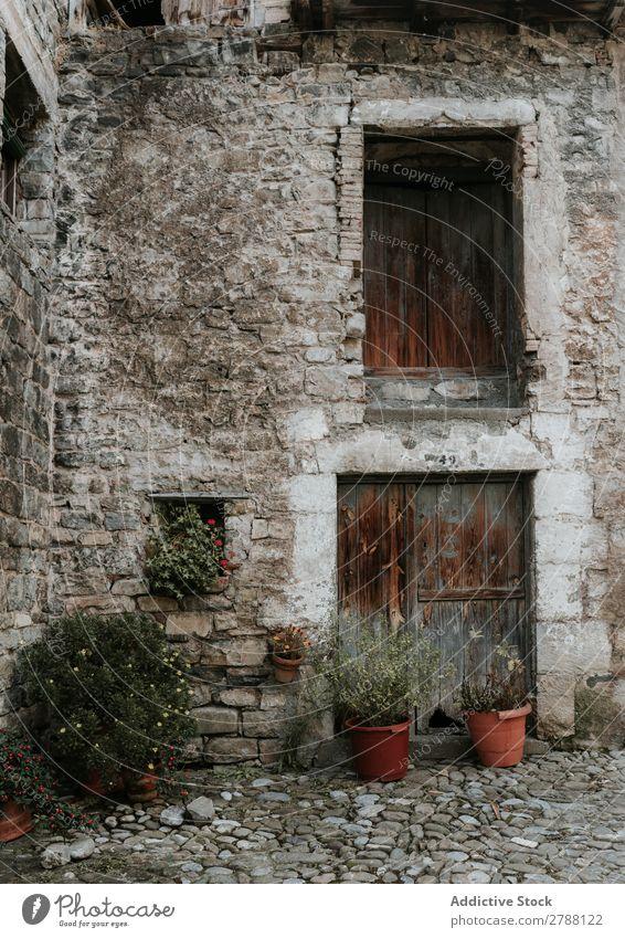 Hof zwischen grauem Steingebäude Gebäude Gerichtsgebäude Pyrenäen Gras Felsen Haus Fenster Holz alt rot Konstruktion Fassade Pflanze Ferien & Urlaub & Reisen