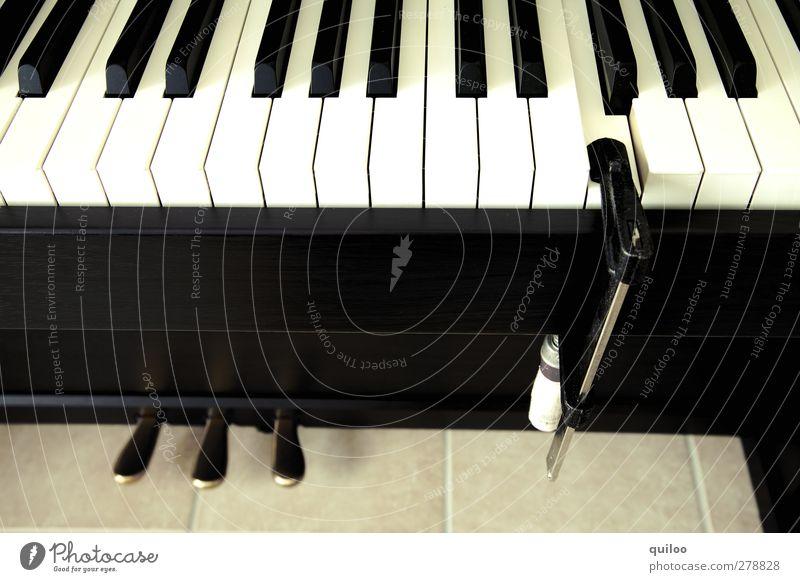Dauerton F heimwerken Klavier spielen Werkzeug Schraubzwinge Musik Ärger Frustration Rache nervig kaputt Reparatur Klaviatur Farbfoto Innenaufnahme Nahaufnahme