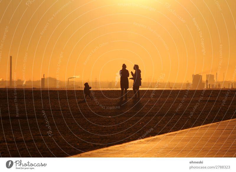 Familie vor Sonnenuntergang Frau Kind Mensch Ferne Erwachsene Leben Senior feminin Familie & Verwandtschaft Ausflug gehen Kommunizieren 45-60 Jahre Vertrauen