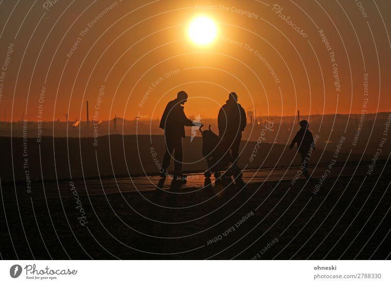 Spaziergang im Sonnenuntergang Mensch Kind Frau Erwachsene Mann Eltern Familie & Verwandtschaft 3 Menschengruppe 3-8 Jahre Kindheit 30-45 Jahre Freizeit & Hobby