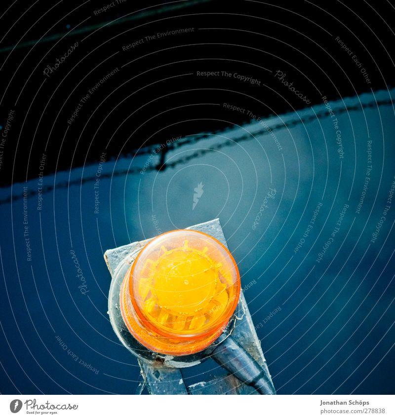 orange auf blau Hafen rund Alarm Lampe Leuchter leuchten Wasseroberfläche Reflexion & Spiegelung Kontrast Komplementärfarbe Sirene Signal Warnung Sicherheit