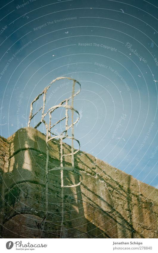 Liverpool Reflections I Hafen Wasseroberfläche Reflexion & Spiegelung Irritation verkehrt Leiter Einstieg (Leiter ins Wasser) Mauer Stein Spiegelbild blau braun