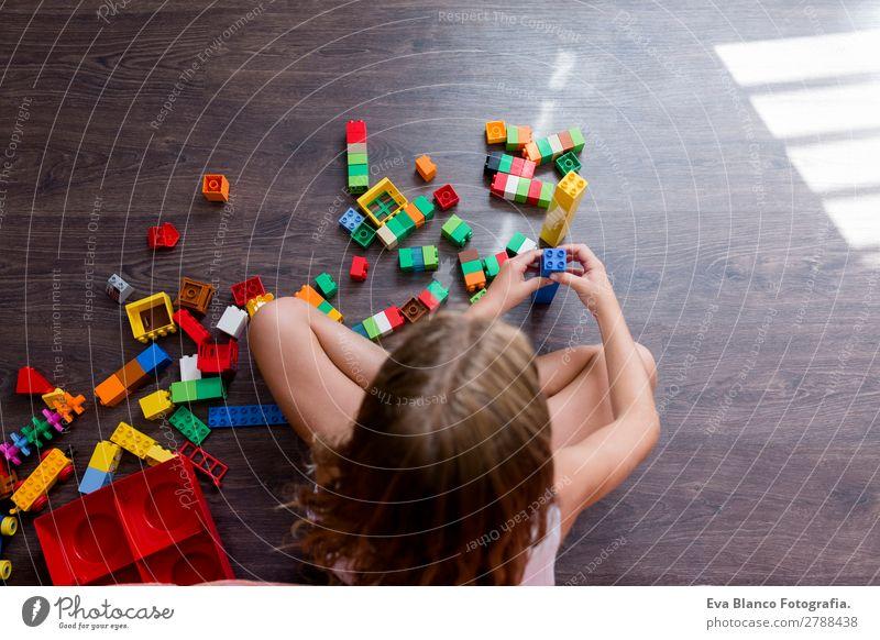 Süßes, lustiges, lustiges Mädchen aus der Kindheit, das zu Hause spielt. Freude Glück Freizeit & Hobby Spielen Kindergarten Schule feminin Finger 1 Mensch