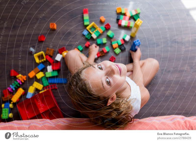Süßes, lustiges, lustiges Mädchen aus der Kindheit, das zu Hause spielt. Freude Glück Freizeit & Hobby Spielen Kindergarten Schule Mensch feminin Kleinkind