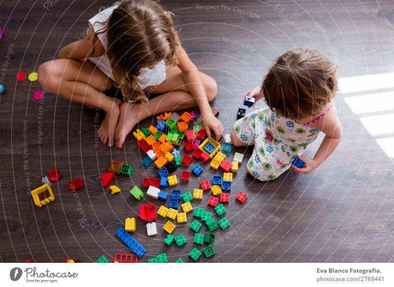 zwei schöne Geschwisterschwestern, die zu Hause spielen. Freude Glück Spielen Kindergarten Schule Mensch feminin Baby Kleinkind Mädchen Familie & Verwandtschaft