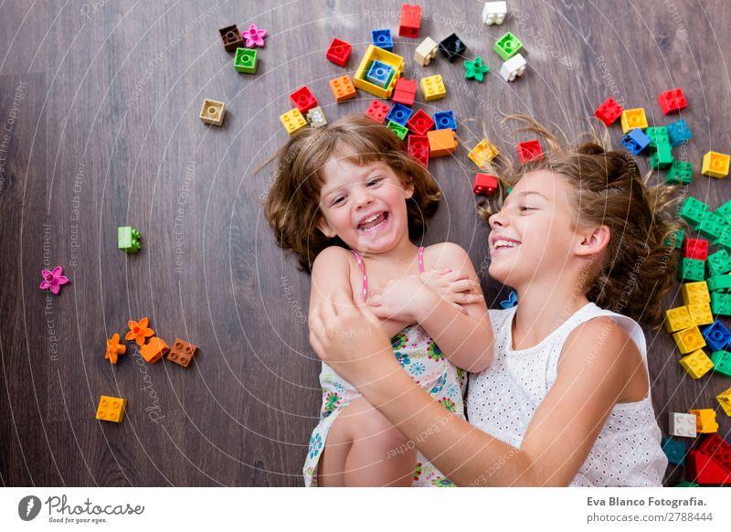 zwei schöne Schwestern, die zu Hause spielen. Lifestyle Freude Freizeit & Hobby Spielen Kindergarten Schule Baby Kleinkind Mädchen Familie & Verwandtschaft
