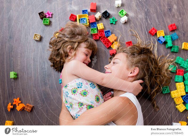 zwei schöne Schwestern, die zu Hause spielen. Lifestyle Freude Glück Freizeit & Hobby Spielen Bett Kindergarten Schule feminin Baby Kleinkind Mädchen