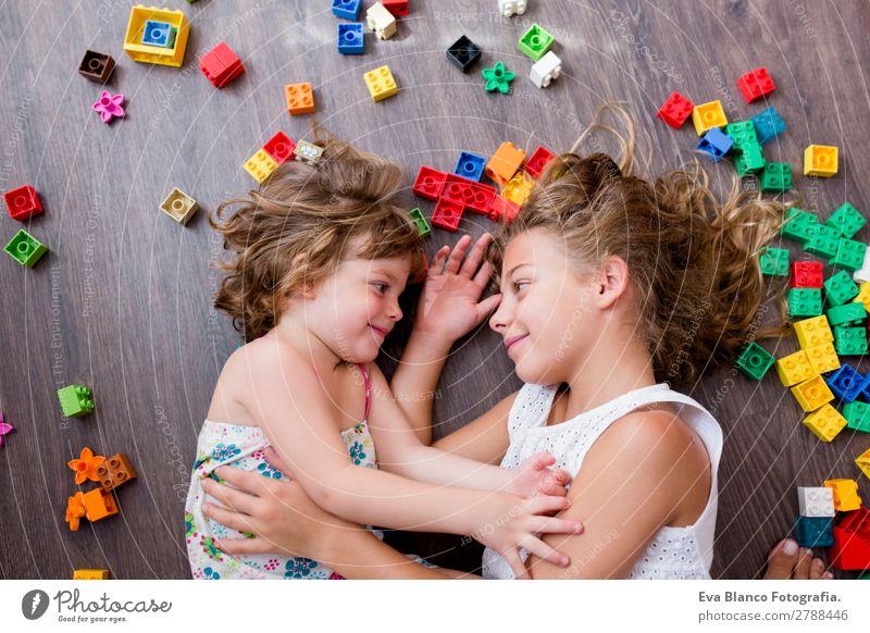 zwei schöne Schwestern, die zu Hause spielen. Lifestyle Freude Spielen Kindergarten Schule Mensch feminin Kleinkind Mädchen Familie & Verwandtschaft Kindheit