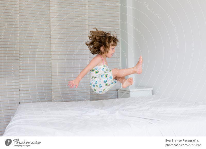 schönes Kind Mädchen springt auf Bett Lifestyle Freude Freizeit & Hobby Spielen Sommer Haus Schlafzimmer Mensch feminin Kleinkind Mutter Erwachsene Vater
