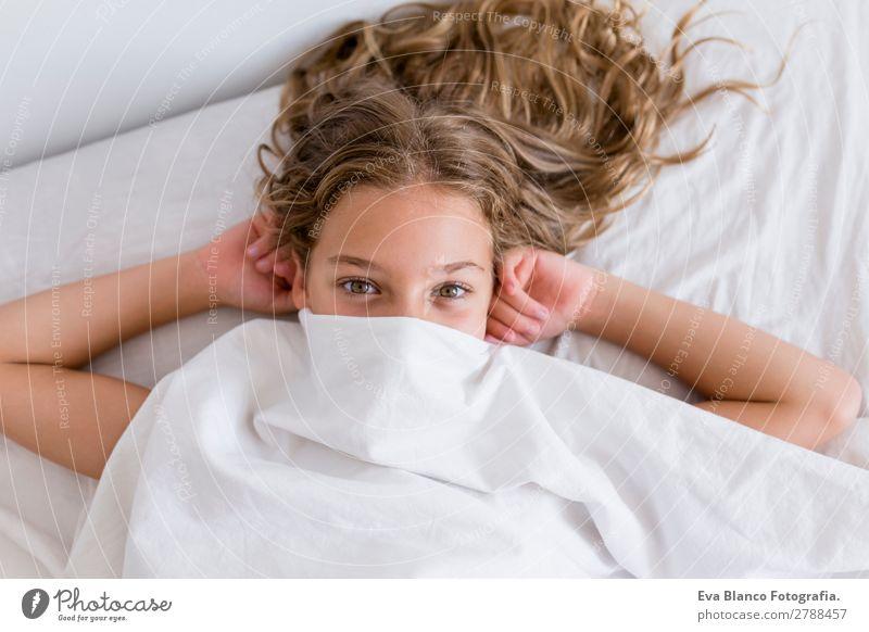 Kind Mensch schön grün weiß Haus Erholung Freude Mädchen Auge Lifestyle feminin Gefühle Familie & Verwandtschaft Spielen Denken