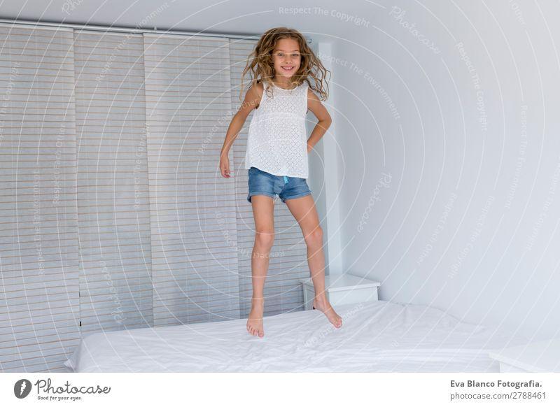 schönes Kind Mädchen springt auf Bett Lifestyle Freude Freizeit & Hobby Spielen Sommer Schlafzimmer Mensch feminin Kleinkind Mutter Erwachsene Vater Schwester
