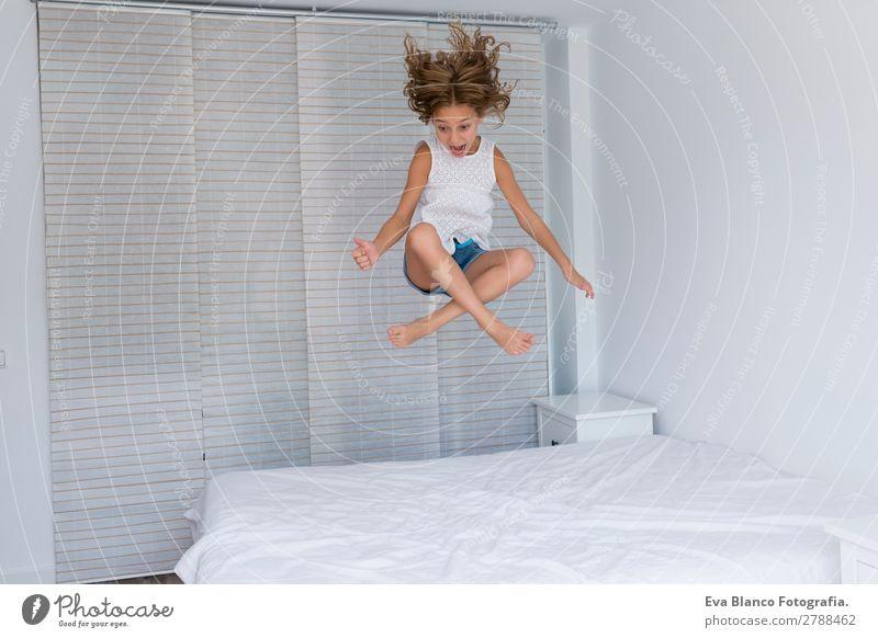 schönes Kind Mädchen springt auf Bett Lifestyle Freude Freizeit & Hobby Spielen Sommer Haus Schlafzimmer Mensch feminin Kleinkind Schwester
