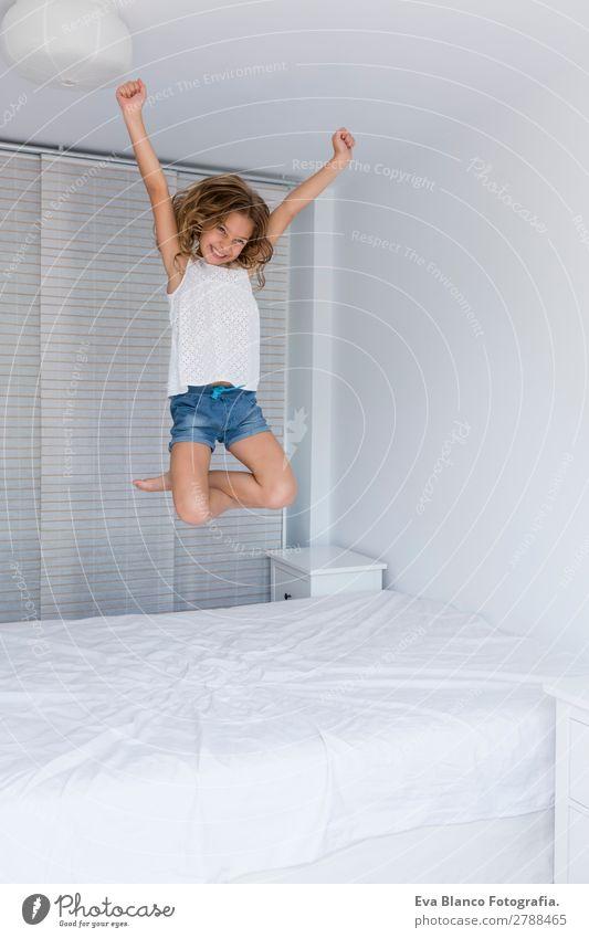 schönes Kind Mädchen springt auf Bett Lifestyle Freude Freizeit & Hobby Spielen Sommer Haus Raum Schlafzimmer Schulkind Mensch feminin Kleinkind Mutter