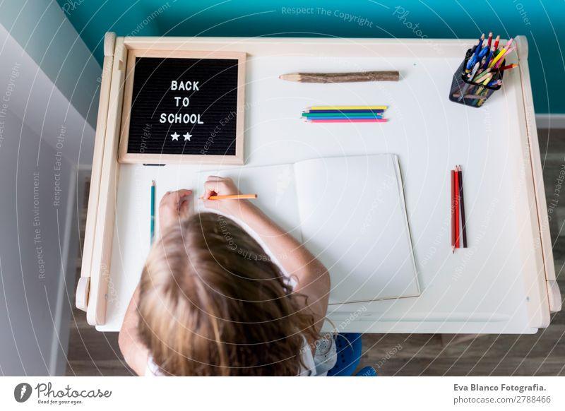 Draufsicht auf ein junges Schulmädchen Lifestyle Stil Freude schön Gesicht Freizeit & Hobby Spielen Kind Schule lernen Schulkind Schüler feminin Kleinkind