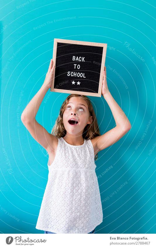 Süßes lächelndes Schulmädchen Lifestyle Freude schön Freizeit & Hobby Haus Kind Schule Schulkind feminin Kleinkind Mädchen Familie & Verwandtschaft Kindheit 1