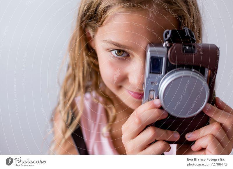 Porträt eines schönen Kindes mit einer Kamera Lifestyle Freude Freizeit & Hobby Ferien & Urlaub & Reisen Ausflug Sommer Business Fotokamera