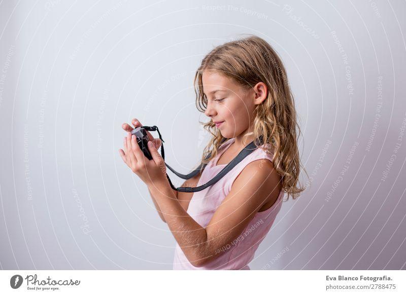 Porträt eines schönen Kindes mit dem Handy Lifestyle Freude Freizeit & Hobby Ferien & Urlaub & Reisen Ausflug Sommer Business Fotokamera Technik & Technologie