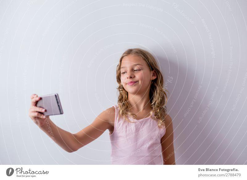 Porträt eines schönen Kindes mit dem Handy Lifestyle Freude Gesicht Spielen Haus Telefon PDA Bildschirm Fotokamera Technik & Technologie Internet Mensch feminin